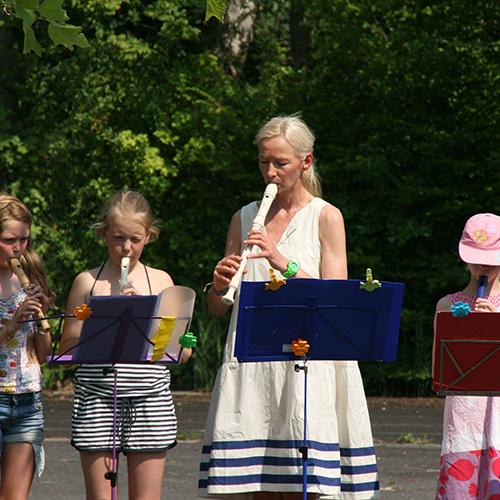 Frau Grubitz und eine Flötengruppe